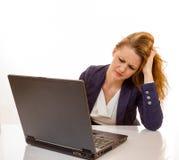 Den unga kvinnan är stressat tack vare datorfel Royaltyfria Bilder