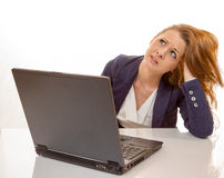 Den unga kvinnan är stressat tack vare datorfel Arkivbild