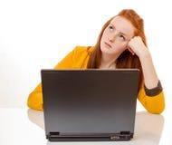 Den unga kvinnan är stressat tack vare datorfel Royaltyfri Foto