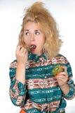 Den unga kvinnan äter kiwi Royaltyfri Foto