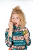 Den unga kvinnan äter kiwi fotografering för bildbyråer