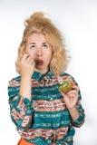 Den unga kvinnan äter kiwi arkivbild