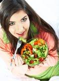 Den unga kvinnan äter sallad sund vegetarian för mat Royaltyfria Bilder