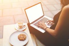 Den unga kvinnan använder bärbar datordatoren med den tomma kopieringsutrymmeskärmen för innehåll Royaltyfria Bilder