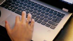 Den unga kvinnan använder bärbara datorn till elektroniskt lönräkningar