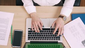 Den unga kvinnan använder datoren på hennes arbetsplats i regeringsställning, den gröna skärmen stock video