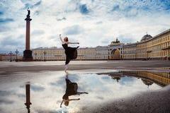 Den unga kvinnan, ballerina dansar på fyrkanten Arkivfoton