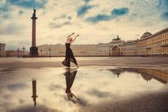 Den unga kvinnan, ballerina dansar på fyrkanten Arkivbild