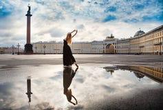 Den unga kvinnan, ballerina dansar på fyrkanten Royaltyfri Foto