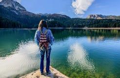 Den unga kvinnan beundrar härlig panorama av den svarta sjön (Crno jeze Arkivbild
