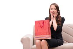 Den unga kvinnan efter jul som shoppar på vit Arkivbild