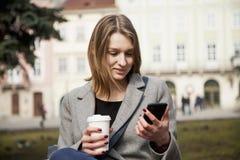 Den unga kvinnan får mycket goda nyheter på telefonen och får jätteglad Ges arkivbild