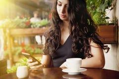 Den unga kvinnan får mycket goda nyheter på telefonen och får jätteglad Ges arkivfoton