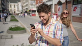 Den unga kvinnan förvånar den väntande mannen, genom att täcka hans ögon stock video