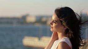 Den unga kvinnan fotograferade på mobiltelefonen den annan flickan nära havet stock video