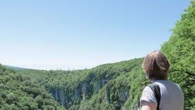 Den unga kvinnan går på observationsdäck Okatse kanjon, nära Kutaisi, Georgia arkivfilmer