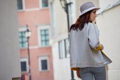 Den unga kvinnan går runt om staden Arkivbild