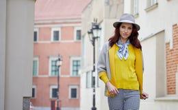 Den unga kvinnan går runt om staden Arkivfoto