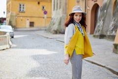 Den unga kvinnan går runt om staden Arkivfoton