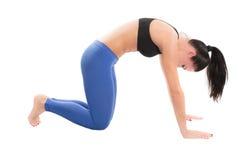 Den unga kvinnan gör elasticitet på yoga att posera Arkivbilder