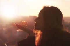 Den unga kvinnan gör en önska. Arkivbild