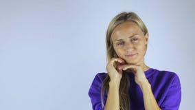 Den unga kvinnan gör en framsidamassage arkivfilmer