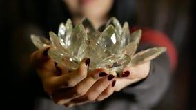 Den unga kvinnan ger en crystal lotusblomma från hennes hjärta Arkivbilder