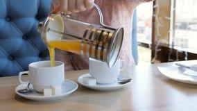 Den unga kvinnan häller fruktte rånar in på ett kafé lager videofilmer