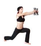 Den unga kvinnan hänger hands upp vikter arkivfoton