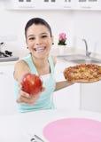 Den unga kvinnan har det utvalda äpplet Arkivbild