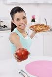 Den unga kvinnan har det utvalda äpplet Fotografering för Bildbyråer
