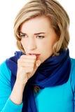 Den unga kvinnan har en influensa Arkivfoto