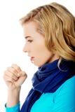 Den unga kvinnan har en influensa Arkivfoton
