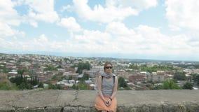 Den unga kvinnan har en vila Europa Georgia, Kutaisi arkivfilmer