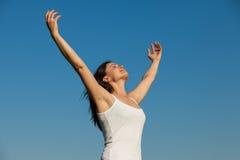 Den unga kvinnan, hennes framsida uppåt som tycker om solen - lagerföra bilden Royaltyfri Bild