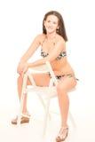Den unga kvinnan i bikini poserar Arkivfoto