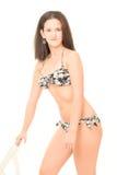 Den unga kvinnan i bikini poserar Royaltyfri Fotografi