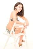 Den unga kvinnan i bikini poserar Royaltyfria Bilder
