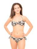 Den unga kvinnan i bikini poserar Royaltyfri Foto
