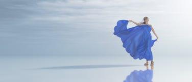Den unga kvinnan i blått klär på den tropiska kusten Fotografering för Bildbyråer
