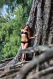Den unga kvinnan i det tropiskt parkerar royaltyfri fotografi
