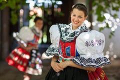 Den unga kvinnan i en rikt dekorerad ceremoniell folk klär arkivbild