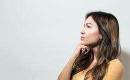 Den unga kvinnan i ett fundersamt poserar Royaltyfria Foton