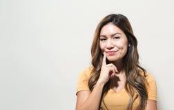 Den unga kvinnan i ett fundersamt poserar Royaltyfri Fotografi