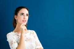 Den unga kvinnan i ett fundersamt poserar Royaltyfria Bilder