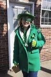 Den unga kvinnan i gräsplan, Sts Patrick dag ståtar, 2014, södra Boston, Massachusetts, USA Arkivbild
