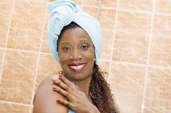 Den unga kvinnan i handduk uppskattar softnessen av hennes kropp royaltyfri fotografi