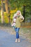 Den unga kvinnan i höst poserar Royaltyfria Bilder