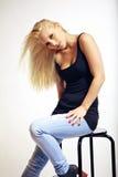 Den unga kvinnan i jeans i ett förföriskt poserar Arkivbilder
