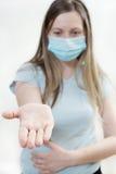 Den unga kvinnan i läkarundersökning maskerar. Royaltyfri Fotografi